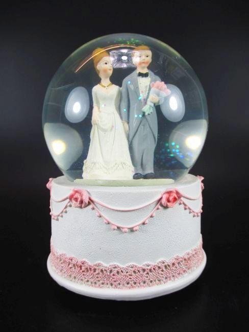 schneekugel hochzeit mit spieluhr wedding snowglobe 14 cm brautpaar neu. Black Bedroom Furniture Sets. Home Design Ideas
