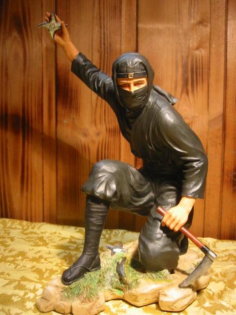 Ninja-Kaempfer-knieend-19-cm-Sammlerteil-NEU-Schnaeppchen